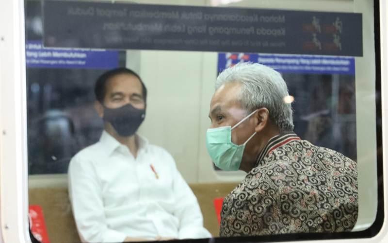 Presiden Jokowi dan Gubernur Jateng Ganjar Pranowo saat mencoba KRL Jogja-Solo. - Istimewa
