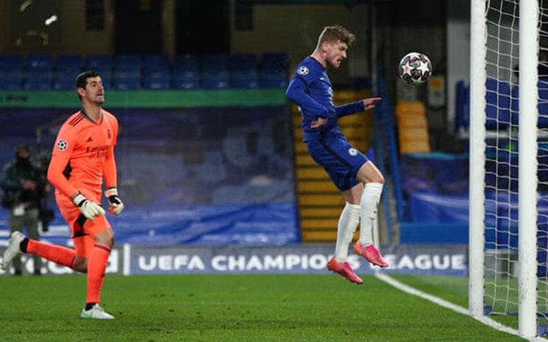 Penyerang Chelsea Timo Werner (kanan) menyundul bola ke gawang Real Madrid yang telah ditinggalkan kiper Thibaut Courtouis (kiri). - Chelsea FC