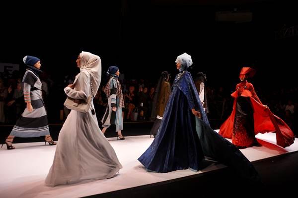 Model memperagakan rancangan busana muslim saat pembukaaan Muslim Fashion Festival (Mufest) Indonesia 2018 di Jakarta, Kamis (19/4/2018). - ANTARA/Wahyu Putro A
