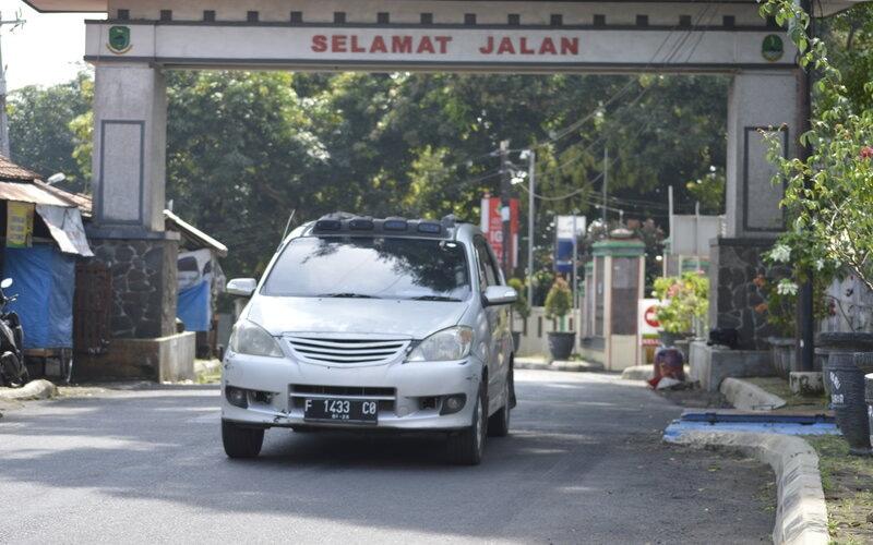 Kendaraan melintasi  Jalur Alternatif Cirebon/Kuningan.