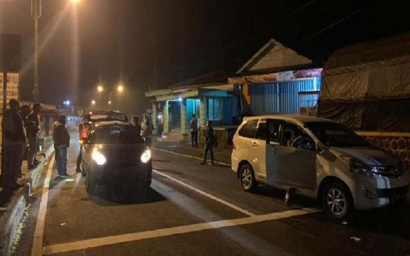 Petugas gabungan meminta kendaraan roda empat yang melewati posko  Cemoro Sewu, Magetan pada Kamis (6/5/2021) untuk putar balik karena kebijakan larangan mudik Lebaran -  Solopos.com