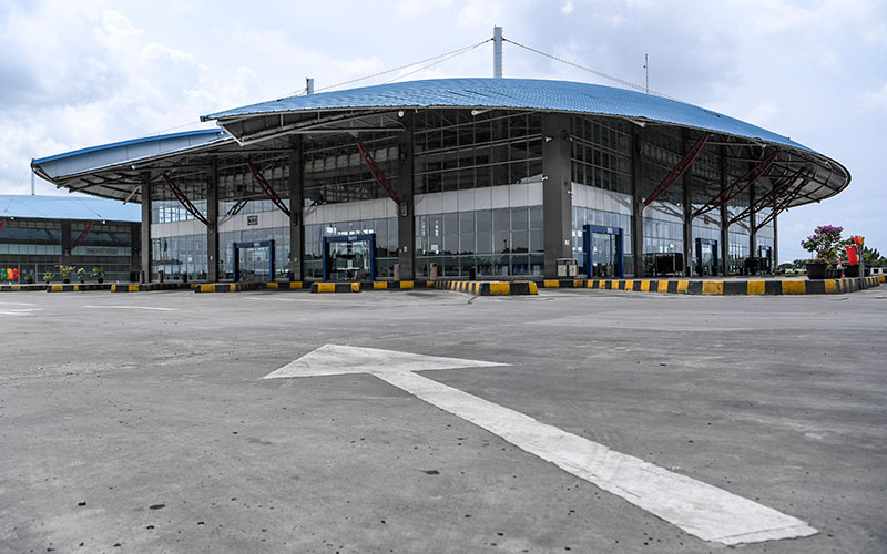 Ilustrasi - Suasana sepi di area keberangkatan antar kota Terminal Pulo Gebang, Jakarta, Jumat (24/4/2020). Pengelola Terminal Pulogebang menutup operasional layanan bus antar kota antar provinsi (AKAP) mulai 24 April 2020, setelah berlakunya kebijakan larangan mudik dari pemerintah. ANTARA FOTO - Hafidz Mubarak A