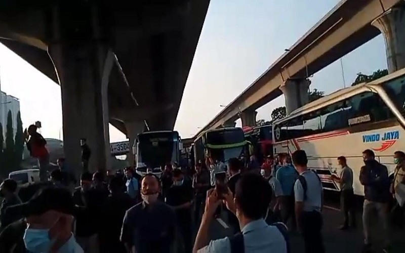 Puluhan buruh pabrik melakukan protes hingga turun ke Jalan Tol Cikarang KM 31 pada hari pertama larangan mudik Lebaran, Kamis (6/5 - 2021)