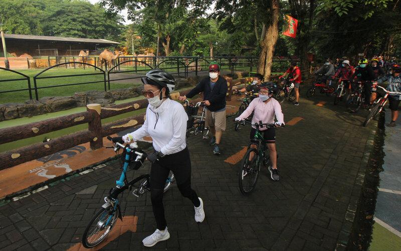 Warga bersepeda di Kebun Binatang Surabaya. - Antara