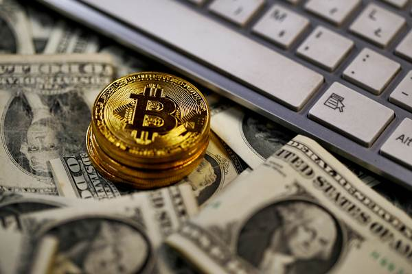 Kenali risiko investasi Bitcoin. Setiap investasi memiliki untung dan risiko. - REUTERS/Dado Ruvic