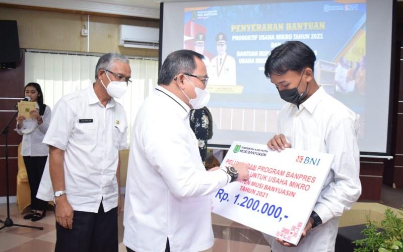 Bupati Kabupaten Musi Banyuasin Dodi Reza Alex menyerahkan BPUM untuk pelaku UMKM di kabupaten itu.  - Istimewa
