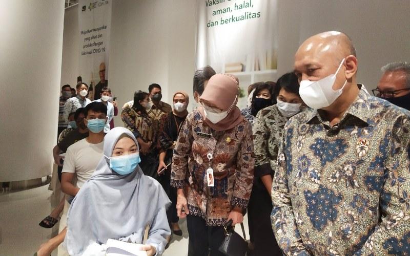 Menteri Koperasi dan UKM RI Teten Masduki melakukan kunjungan ke sentra vaksinasi untuk Pelaku UMKM di Ciputra Artpreneur, Jakarta Selatan, Kamis (01/04).  - Bisnis.com/Laurensia Felise