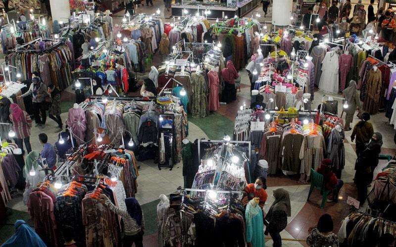 Pengunjung memilih pakaian di Mal Panakukang, Makassar, Sulawesi Selatan, Senin (3/5/2021). Jelang hari raya Idul Fitri 1442 H, sejumlah pusat perbelanjaan di daearah itu mulai ramai dikunjungi warga untuk berbelanja kebutuhan lebaran. - Antara/Arnas Padda.