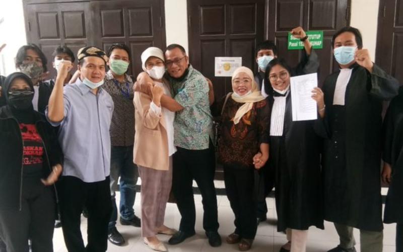 Jumhur Hidayat bersama istri dan tim kuasa hukum setelah Pengadilan Negeri Jakarta Selatan yangmengabulkan penangguhan penahanannya, Kamis (6/5/2021) - Twitter/@Andiarief_