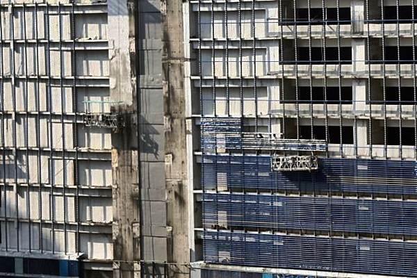 Ilustrasi: Pekerja menyelesaikan pembangunan apartemen di Jakarta./Bisnis.com - Abdullah Azzam
