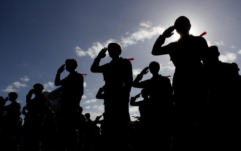 Personel gabungan mengikuti apel pasukan Operasi Ketupat 2021 di Lapangan Karebosi, Makassar, Sulawesi Selatan, Rabu (5/5/2021). Sebanyak 4.327 personil gabungan disiagakan untuk melakukan pengamanan pada perayaan Idul Fitri 1442 H di wilayah Sulsel yang berlangsung pada 6-13 Mei 2021. - Antara/Arnas Padda.