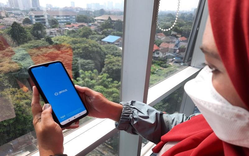 Nasabah menggunakan aplikasi Jenius, bank digital milik BTPN  -  Bisnis/Feni Freycinetia