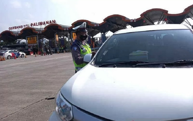 Petugas saat melakukan simulasi penyekatan di GT Palimanan Cirebon. - Antara