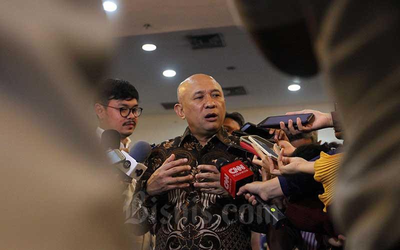 Menteri Koperasi dan Usaha Kecil Menengah Teten Masduki memberikan penjelasan kepada awak media sesuai ngorol bareng bersama para pelaku koperasi dan UKM tentang Omnibus Law di Jakarta, Senin (9/3/2020). Bisnis - Dedi Gunawan