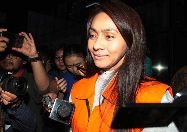 Tersangka Bupati Kepulauan Talaud Provinsi Sulawesi Utara Sri Wahyumi Maria Manalip berjalan meninggalkan gedung KPK seusai diperiksa di Jakarta, Jumat (10/5/2019). - ANTARA/Reno Esnir