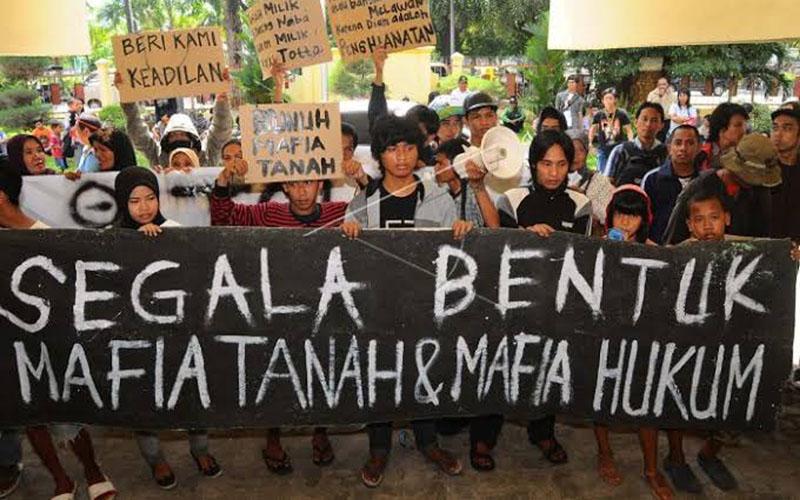 Maasyarakat berunjuk rasa menginginkan pemberantasan mafia tanah. - Antara
