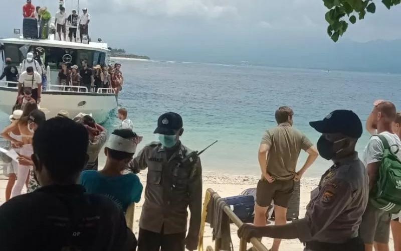 Ilustrasi - Polisi memeriksa kondisi kesehatan para wisatawan asing dan domestik yang datang dari Pelabuhan Padang Bai, Bali, tiba di Gili Trawangan, Kabupaten Lombok Utara, NTB.  - ANTARA