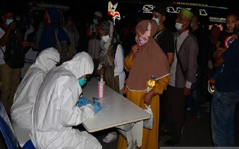 Sejumlah calon penumpang bus umum mengikuti tes antigen saat keberangkatan puncak arus mudik awal di terminal antar provinsi Batoh, Banda Aceh, Aceh, Senin (3/5/2021) malam. - Antara\r\n