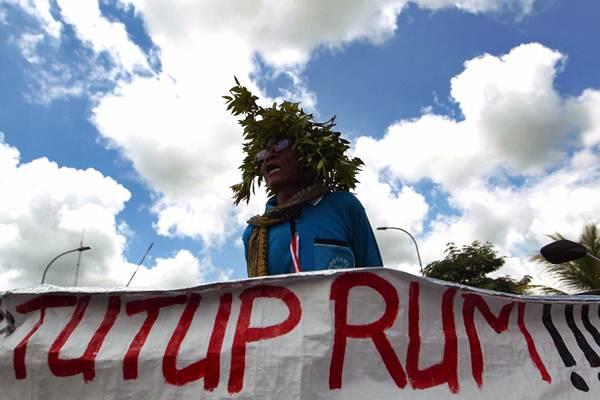 Warga dan mahasiswa melakukan unjuk rasa menuntut penutupan PT Rayon Utama Makmur (RUM) di Desa Plesan, Kecamatan Nguter, Kabupaten Sukoharjo, Jawa Tengah, Jumat (23/2/2018). - JIBI/Dwi Prasetya