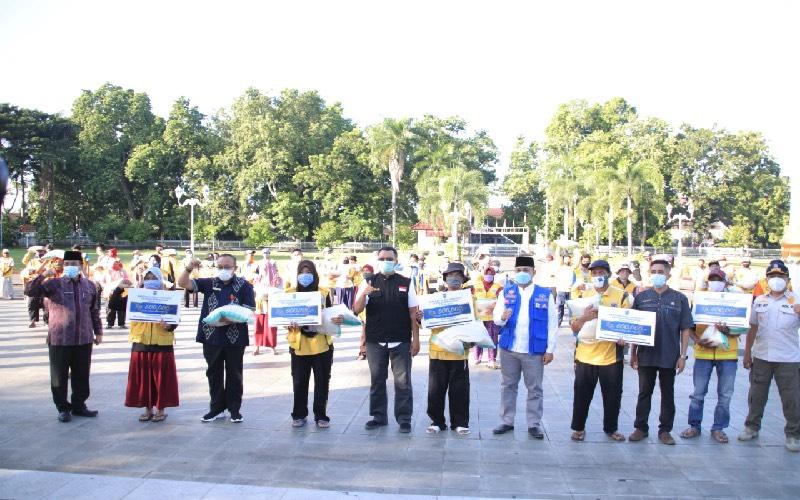 Gubernur NTB Memberikan Bansos Rp600 ribu Kepada petugas kebersihan di Mataram. BI - istimewa