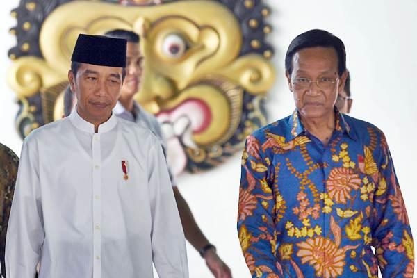 Presiden Joko Widodo (kiri) didampingi Gubernur DI Yogyakarta Sri Sultan HB X seusai melakukan pertemuan di Keraton Yogyakarta, Kamis (6/12/2018). - ANTARA/Wahyu Putro A