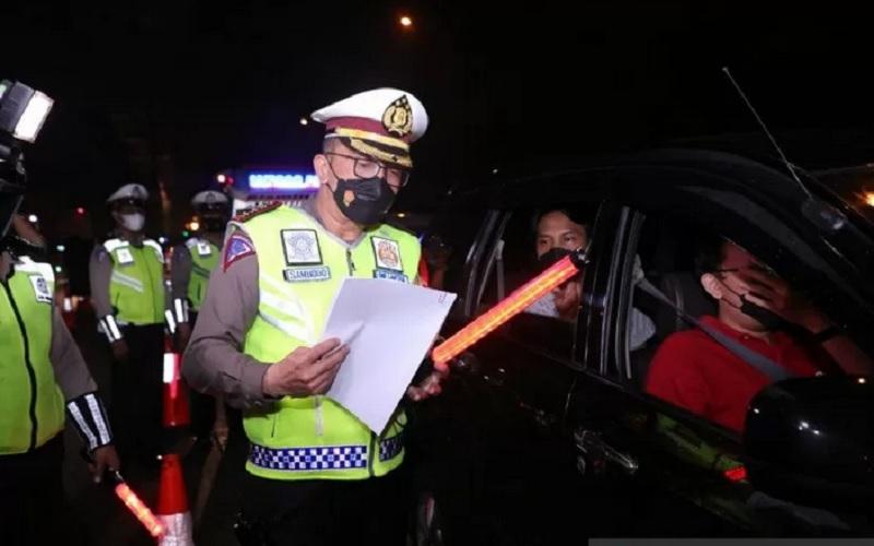 Dirlantas Polda Metro Jaya Kombes. Pol. Sambodo Purnomo Yogo memimpin Operasi Kepolisian Ketupat Jaya 2021 dalam rangka Penyekatan Jalan Tol untuk Larangan Mudik Lebaran Tahun 2021 di Titik penyekatan Cikarang Barat, Kamis (6/5/2021) dini hari - Antara