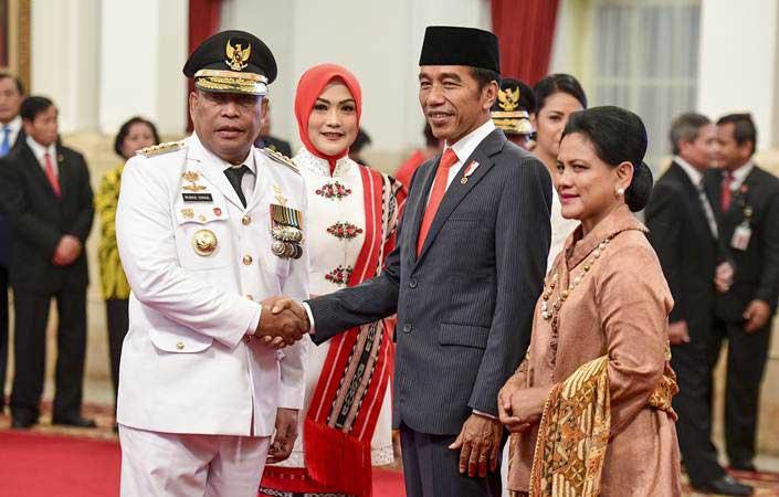 Presiden Joko Widodo (kedua kanan) didampingi Ibu Negara Iriana Joko Widodo (kanan) memberikan ucapan selamat kepada Gubernur Maluku Murad Ismail (kiri) seusai dilantik di Istana Negara, Jakarta, Rabu (24/4/2019). - ANTARA/Hafidz Mubarak A