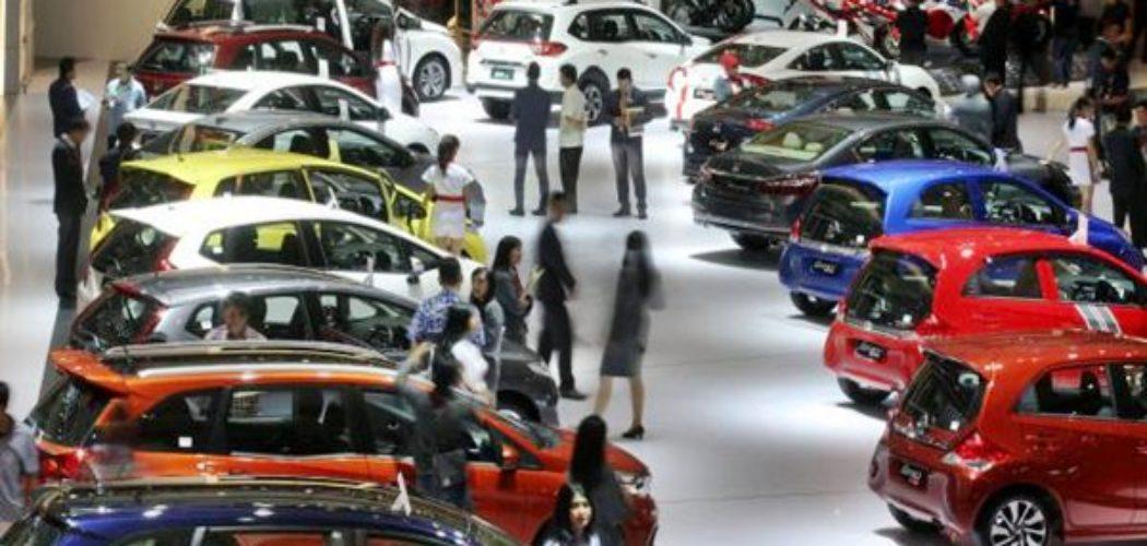 Pengunjung melihat mobil yang dipamerkan pada ajang Indonesia International Motor Show (IIMS) 2017 di Jakarta, Jumat (28/4). - JIBI - Dedi Gunawan
