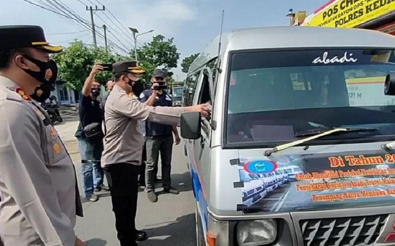 Petugas saat operasi di posko penyekatan Kecamatan Kandangan, Kabupaten Kediri, Jawa Timur, Kamis (6/5/2021). Jalur itu menghubungkan Kabupaten Kediri-Batu. - Antara