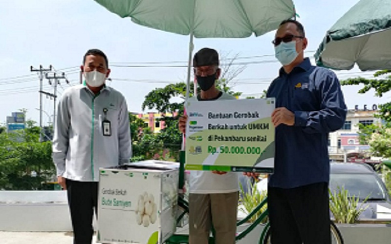 PT Pegadaian (Persero) Kantor Wilayah Pekanbaru bersama Dewan Dakwah Lembaga Amil Zakat Nasional (Laznas) Provinsi Riau dalam menyalurkan bantuan kepada 10 mustahik atau penerima program Gerobak Berkah untuk UMKM.  - Istimewa