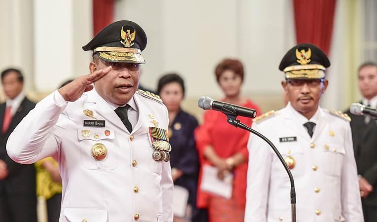 Gubernur dan Wakil Gubernur Maluku Murad Ismail (kiri) dan Barnabas Orno (kanan) bersiap mengikuti pelantikan di Istana Negara, Jakarta, Rabu (24/4/2019). - ANTARA/Hafidz Mubarak A