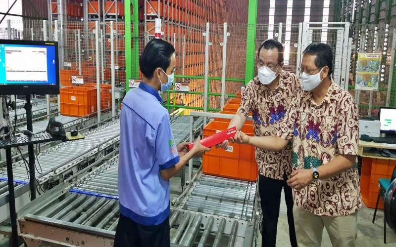 Presiden Direktur MPM Suwito (kedua kanan) dan After Sales Service Associate Director MPM Honda Jatim, Hari Subagiyo (kanan) saat mengecek gudang sparepart MPM di Sidorajo, Jumat (7/5/2021) / Bisnis - Peni Widarti