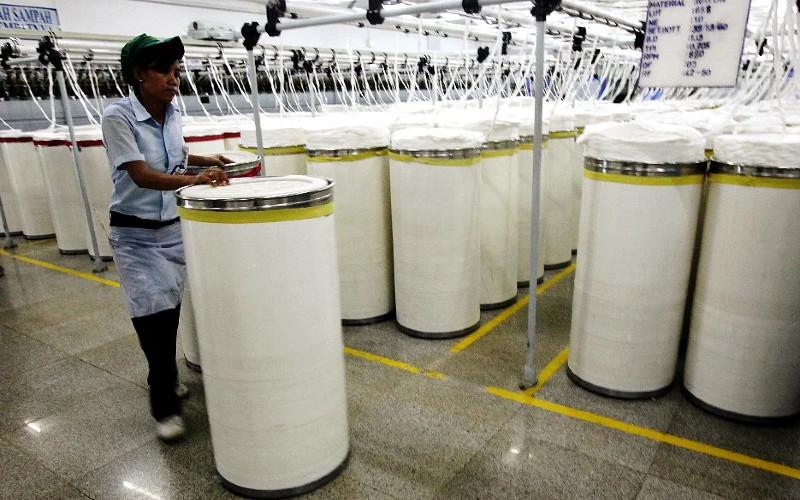 Pabrik serat rayon.  - Bloomberg