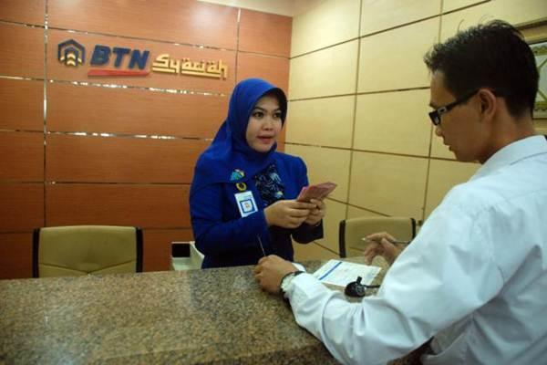 Suarana di konter syariah Bank BTN.  -  Bisnis/Dedi Gunawan