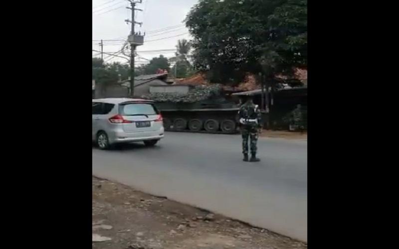 Video TNI menurunkan tank di jalanan perbatasan Bogor-Bekasi  -  Twitter