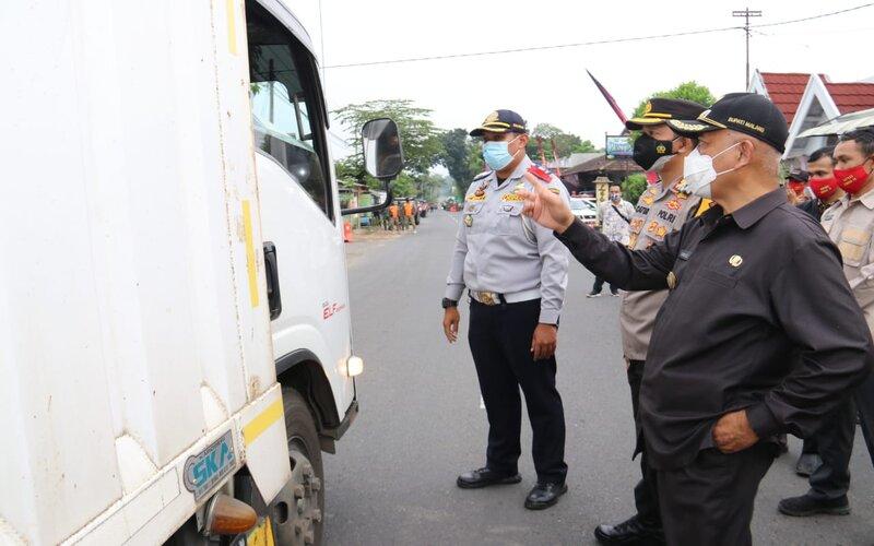 Bupati Malang M Sanusi (kanan) bersama Kapolres Kota Batu AKBP Catur Cahyono Wibowo memonitor pelaksanaan penyekatan mudik di Kasembon, Kab. Malang, Jumat (7/5/2021). - Istimewa
