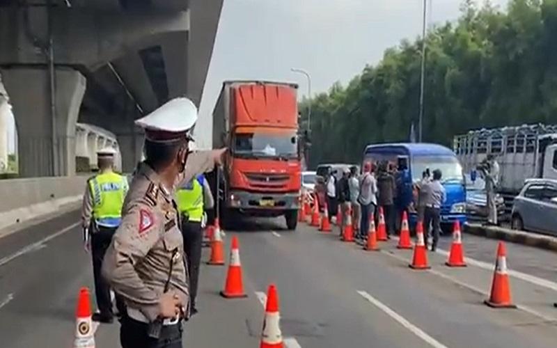 Penyekatan GT Tol Cikarang Barat karena larangan mudik Lebaran mulai Kamis (6/5/2021)  -  TMC Polda Metro Jaya