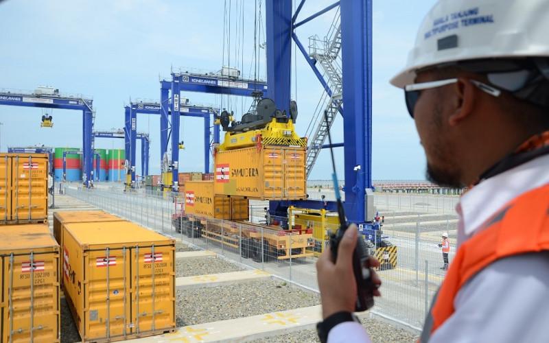 Pelabuhan Kuala Tanjung. Sebagai hub internasional, pelabuhan ini didesain untuk mengakomodasi kapal-kapal berukuran besar dengan bobot 50.000 DWT (dead weight tonnage) serta berbagai jenis muatan, dari petikemas, curah cair, hingga kargo umum.  - Pelindo I