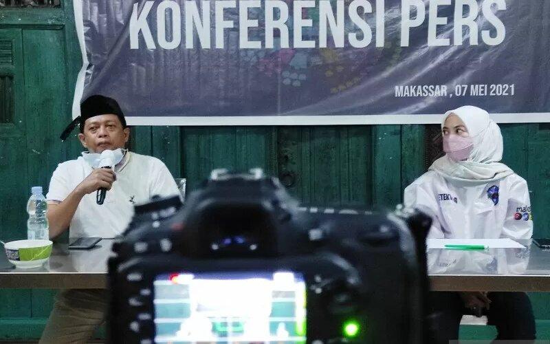 Juru Bicara Pemkot Makassar, Maqbul Halim dan Indira Mulyasari Paramastuti saat menyampaikan perkembangan program Makassar Recover di Makassar, Sulawesi Selatan, Jumat (7/5/2021). - Antara/Darwin Fatir.