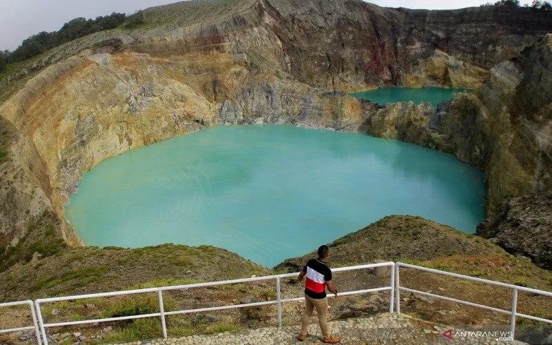 Wisatawan menyaksikan keindahan dari salah satu kawah Danau Kelimutu di Kabupaten Ende, NTT, Selasa (15/12/2020)  - ANTARA FOTO/Kornelis Kaha.