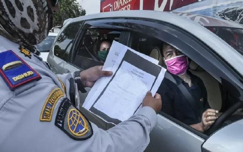 Petugas gabungan memeriksa pengendara yang akan masuk ke wilayah DKI Jakarta di kawasan perbatasan Bekasi-Karawang, Jawa Barat, Jumat (29/5/2020). - Antara\r\n
