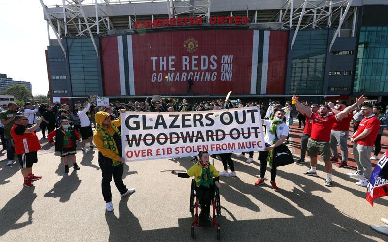 Para penggemar Manchester United berdemo di luar Stadion Old Trafford menjelang pertandingan melawan Liverpool pada 2 Mei 2021. - Sky Sports
