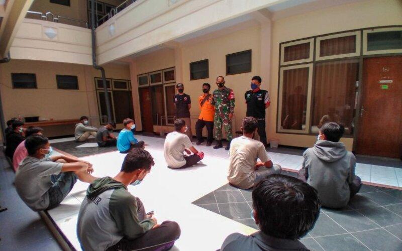 Satgas Covid-19 Kecamatan Kota Situbondo memberikan pengarahan kepada 12 pelajar SMKN 2 Painan, Padang, di tempat karantina. Sabtu (8/5/2021). - Antara/Novi H.