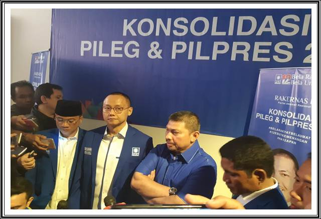 Sekjen PAN Eddy Soeparno (Tengah), Waketum PAN Mulfachri Harahap (Kanan) saat menggelar Rakernas IV PAN, Jakarta, (9/8/2018) - Bisnis / Muhammad Ridwan