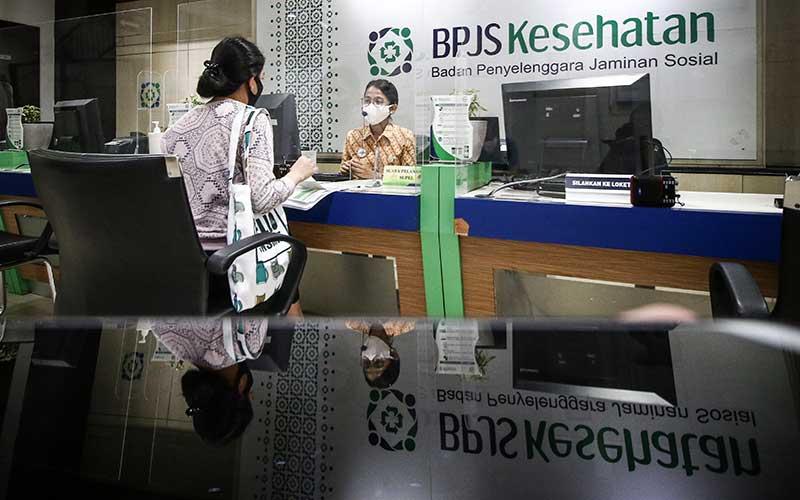 Petugas melayani peserta BPJS, di Kantor BPJS Kesehatan/ANTARA FOTO - Rivan Awal Lingga