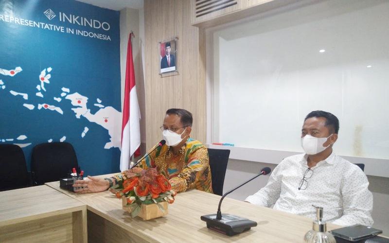 Ketua Umum Dewan Pengurus Nasional Ikatan Nasional Konsultan Indonesia Peter Frans (kiri) didampingi Bendahara Umum Kasim Kasmin memberi penjelasan terkait dengan berdirinya Lembaga Sertifikasi Inkindo. - Istimewa