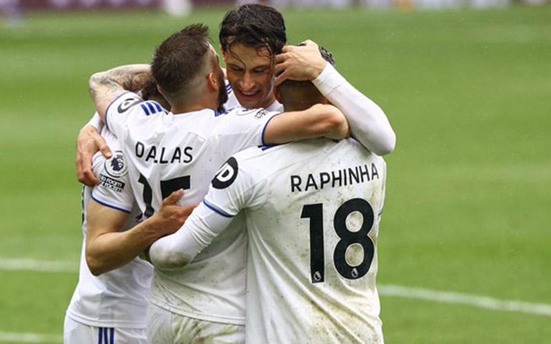Pemain Leeds United merayakan gol ke gawang Tottenham Hotspur. - Twitter@LUFC