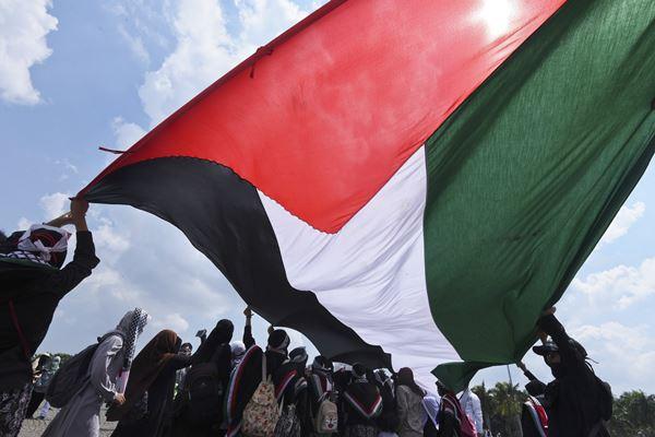 Umat Islam mengibarkan bendera Palestina - Antara