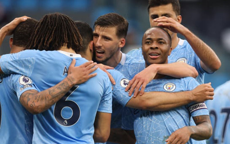 Para pemain Manchester City merayakan gol ke gawang Chelsea yang dicetak Raheem Sterling (kanan depan). - The Guardian