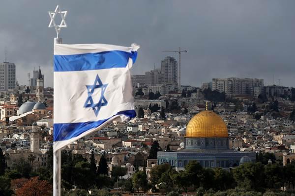 Bendera Israel terlihat di dekat Dome of the Rock, yang terletak di Kota Tua Yerusalem. - Reuters